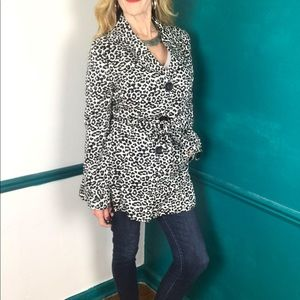 Leopard print trenchcoat with belt. Pink lining